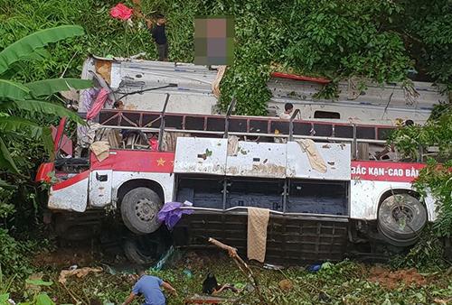 Tin tai nạn giao thông mới nhất ngày 23/7/2018: Xe khách giường nằm lao xuống vực, 4 người chết - Ảnh 1
