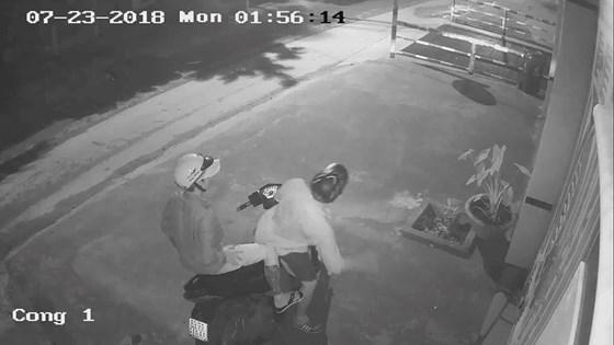 Camera ghi hình 2 thanh niên trộm ô tô tiền tỷ ở Sài Gòn - Ảnh 1