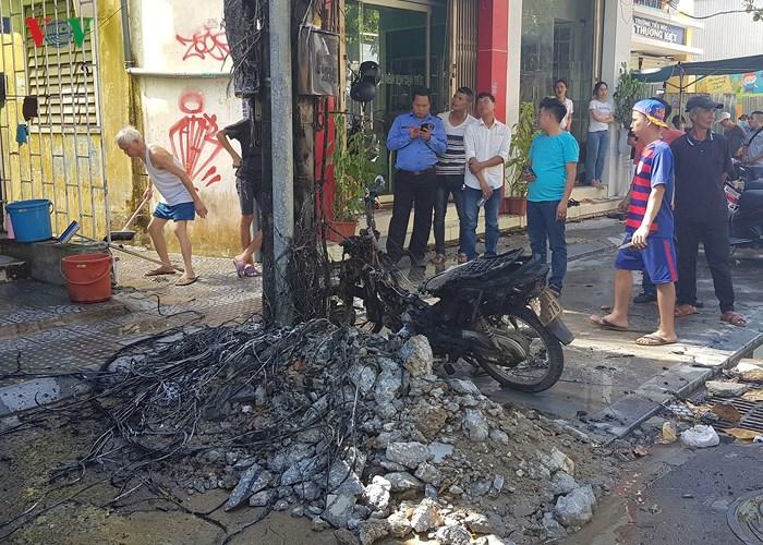 Trụ điện bất ngờ phát nổ như pháo hoa, xe máy đùng đùng cháy theo - Ảnh 1