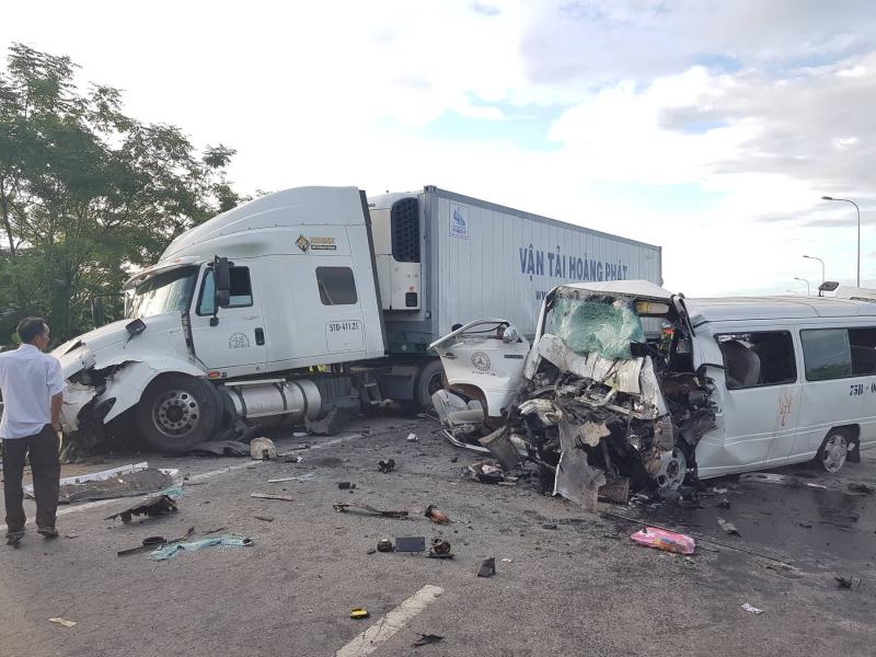 TNGT thảm khốc: Xe rước dâu va chạm container, 13 người tử vong - Ảnh 1