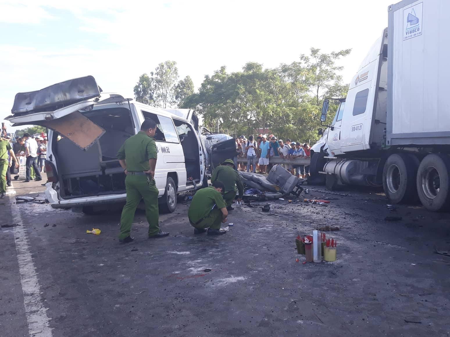 TNGT thảm khốc: Xe rước dâu va chạm container, 13 người tử vong - Ảnh 2