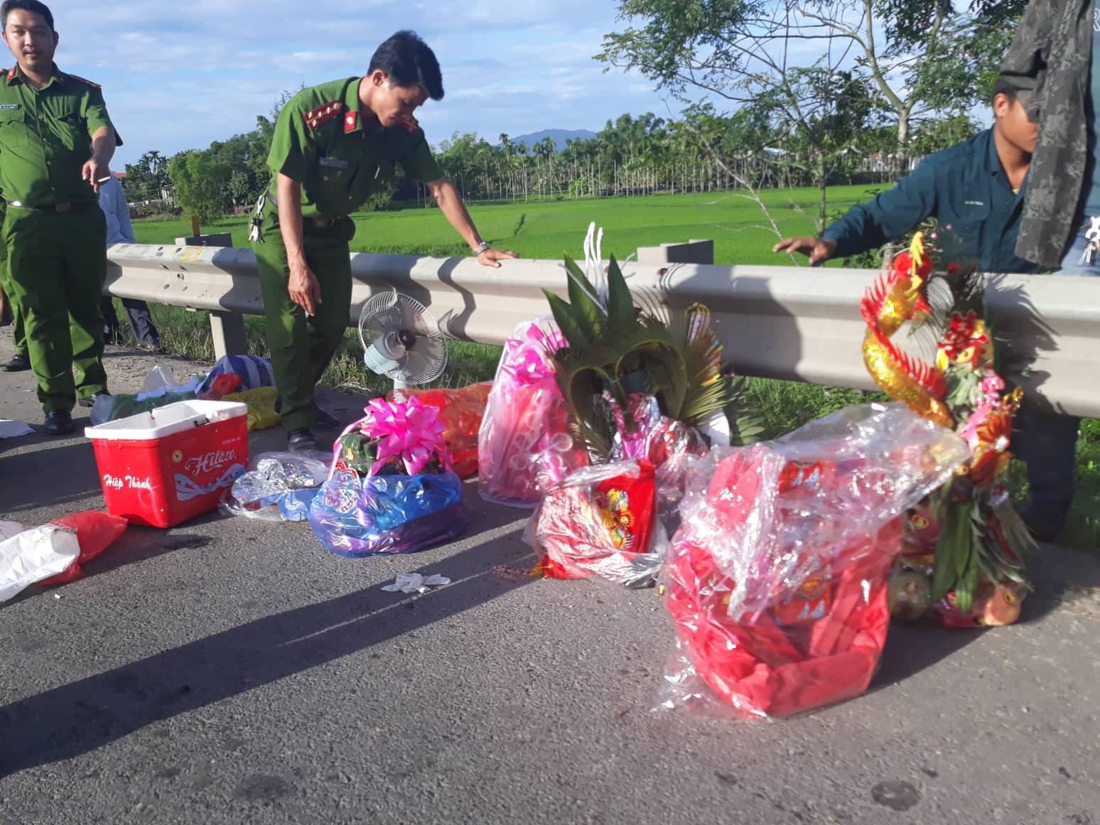 TNGT thảm khốc: Xe rước dâu va chạm container, 13 người tử vong - Ảnh 3