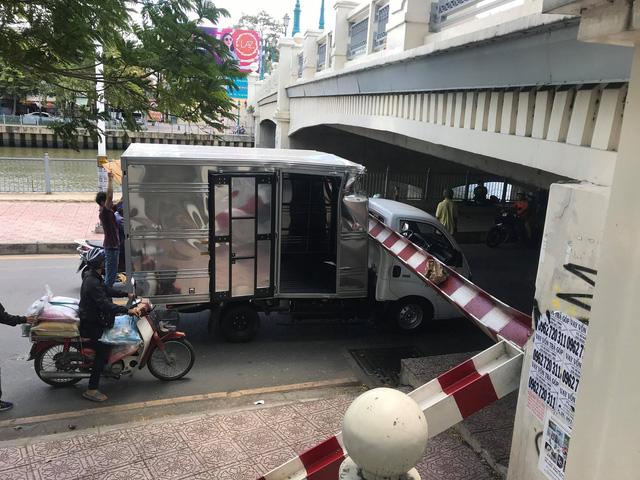 Tin tai nạn giao thông mới nhất ngày 5/7/2018: Xe đạp điện sang đường như trong sân nhà, xe máy ngã văng cả chục mét - Ảnh 1