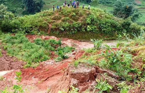 Lào Cai: Sạt lở đất, 2 bà cháu đang đi xe máy tử vong - Ảnh 1