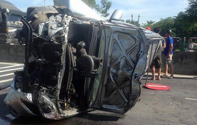 Tin tai nạn giao thông mới nhất ngày 4/8/2018: Phá cửa ôtô, cứu 3 người mắc kẹt trong xe bị lật - Ảnh 1