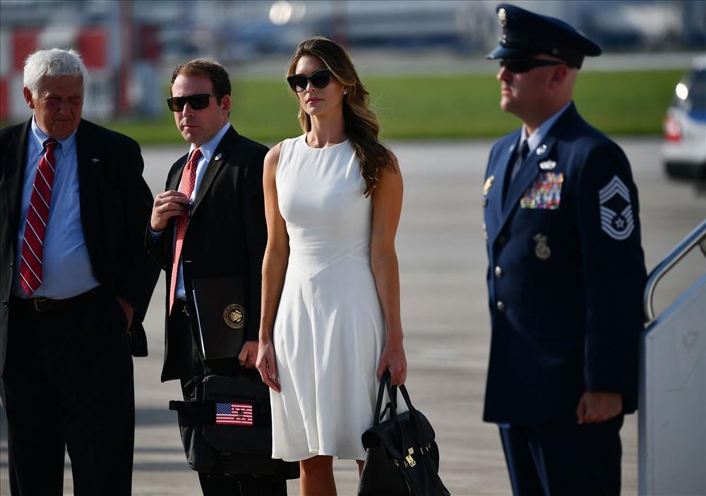 Cựu trợ lý xinh đẹp của ông Trump bất ngờ xuất hiện trên chuyên cơ Air Force One - Ảnh 3