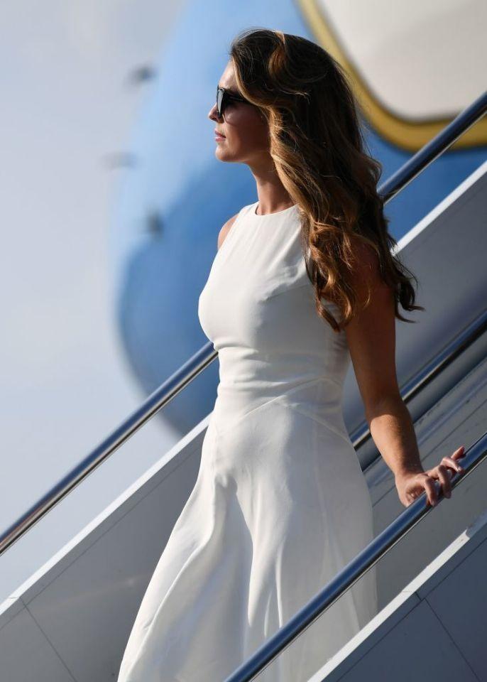Cựu trợ lý xinh đẹp của ông Trump bất ngờ xuất hiện trên chuyên cơ Air Force One - Ảnh 4