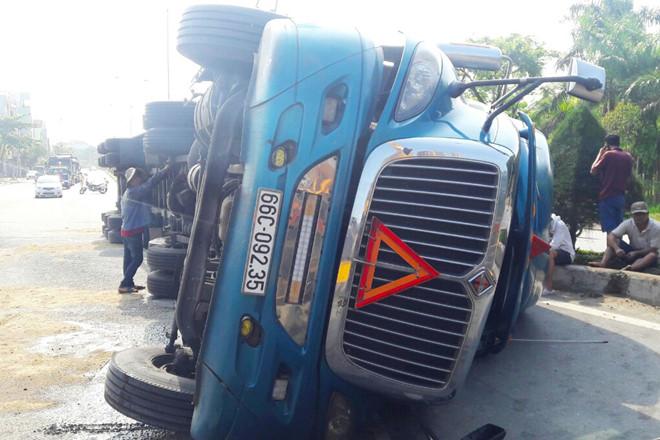 Tin tai nạn giao thông mới nhất ngày 15/9/2018: Container lao vào vách núi, dân đập cửa giải cứu tài xế - Ảnh 3