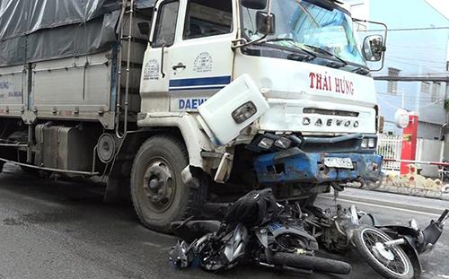 Tin tai nạn giao thông mới nhất ngày 15/9/2018: Container lao vào vách núi, dân đập cửa giải cứu tài xế - Ảnh 2