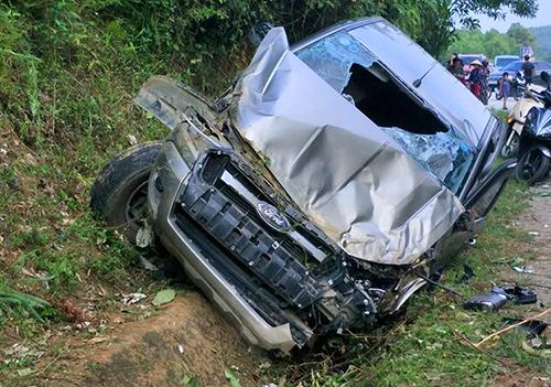 Tin tai nạn giao thông mới nhất ngày 1/10/2018: Ôtô bán tải đâm vào vách núi, tài xế tử vong - Ảnh 1