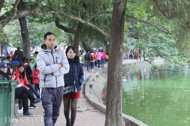 Người dân Hà Nội đổ ra đường vui chơi Tết Dương lịch bất chấp trời lạnh giá - Ảnh 3