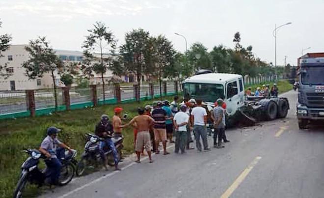 Tin tai nạn giao thông mới nhất ngày 14/1/2019: Ôtô chở hiệu trưởng bị xe container tông gần cổng trường - Ảnh 1