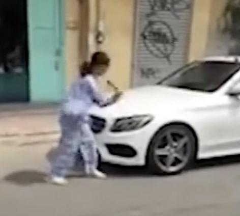 Hé lộ nguyên nhân cụ bà 67 tuổi dùng búa đập phá xe sang Mercedes-Benz 2 tỷ - Ảnh 1