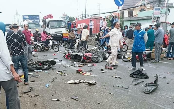 Hiện trường thảm khốc vụ tai nạn kinh hoàng ở Long An, xe container tông 18 xe máy, nhiều người chết - Ảnh 2
