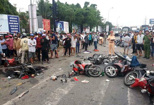 Hiện trường thảm khốc vụ tai nạn kinh hoàng ở Long An, xe container tông 18 xe máy, nhiều người chết - Ảnh 3