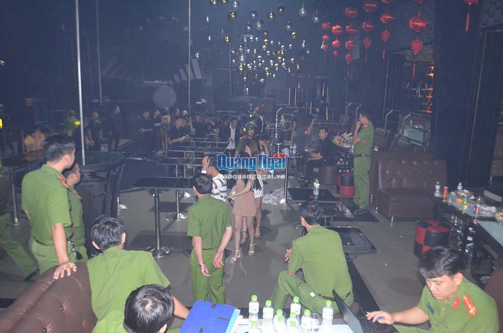 Quảng Ngãi: Đột kích vũ trường Oasis, phát hiện nhiều thanh niên phê ma túy - Ảnh 1