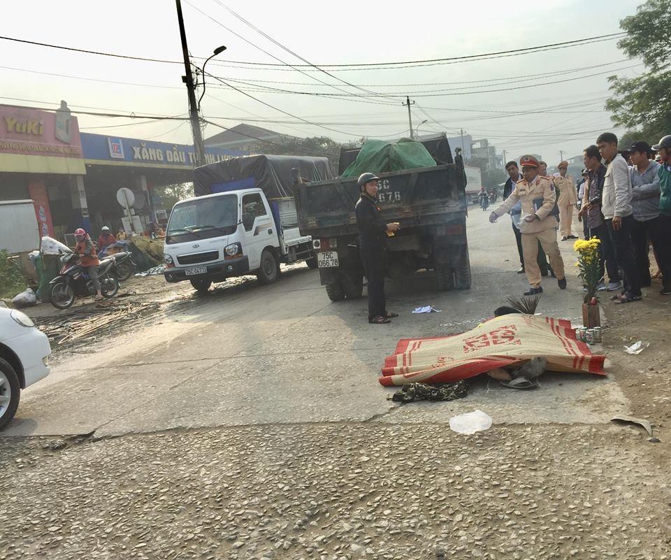 Tin tai nạn giao thông mới nhất ngày 28/1/2019: Hai vợ chồng bị xe tải tông trúng, văng xuống mương nước - Ảnh 3