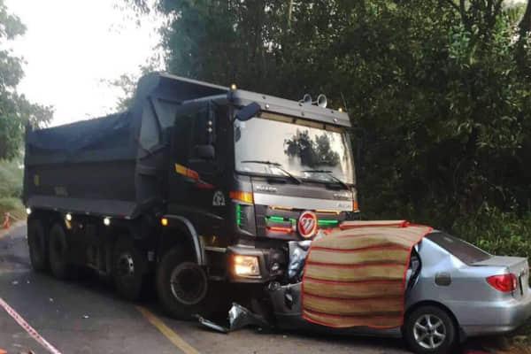 Tin tai nạn giao thông mới nhất ngày 18/2/2019: Ô tô 4 chỗ đấu đầu dính chặt vào xe ben, 2 người chết - Ảnh 1