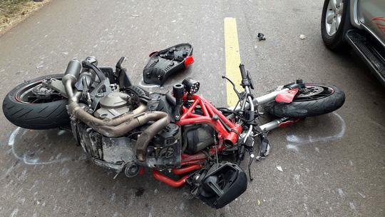 Tin tai nạn giao thông mới nhất ngày 6/2/2019: Mô tô lao 130 km/giờ vào xe container, thanh niên... không hề hấn gì! - Ảnh 1