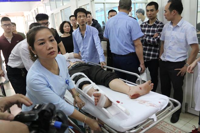 Bệnh viện Việt Đức chật cứng bệnh nhân pháo nổ và tai nạn giao thông - Ảnh 1