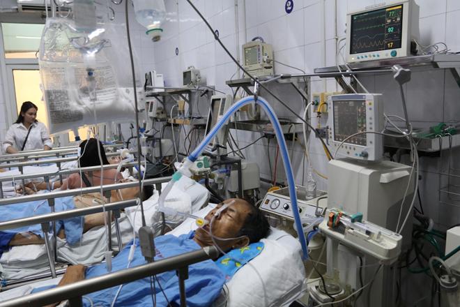 Bệnh viện Việt Đức chật cứng bệnh nhân pháo nổ và tai nạn giao thông - Ảnh 3