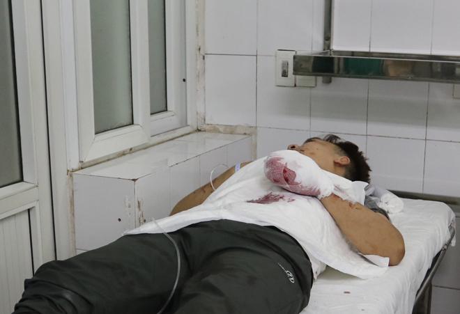 Bệnh viện Việt Đức chật cứng bệnh nhân pháo nổ và tai nạn giao thông - Ảnh 4