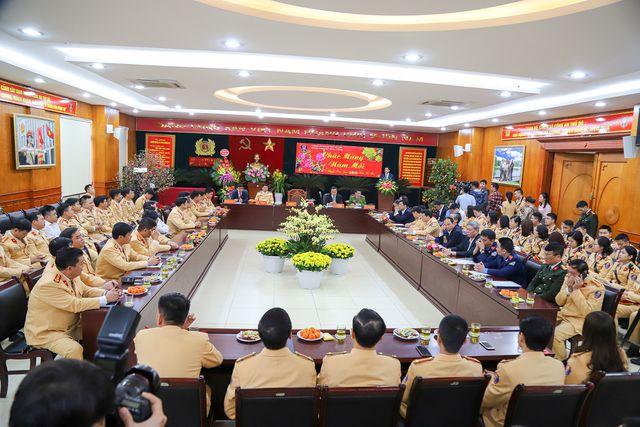 Ngày Tết, CSGT Hà Nội ra đường nhắc người dân đội mũ bảo hiểm - Ảnh 1