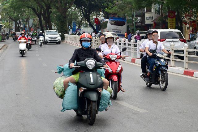Ngày Tết, CSGT Hà Nội ra đường nhắc người dân đội mũ bảo hiểm - Ảnh 10