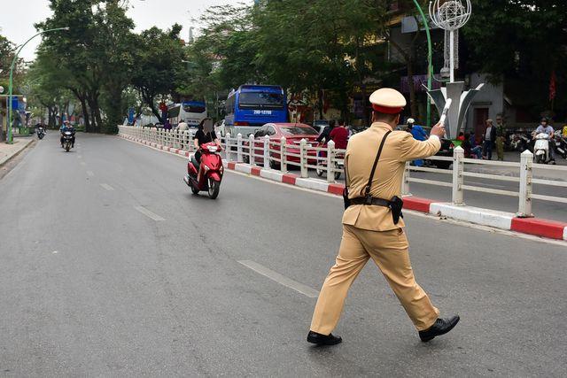 Ngày Tết, CSGT Hà Nội ra đường nhắc người dân đội mũ bảo hiểm - Ảnh 2