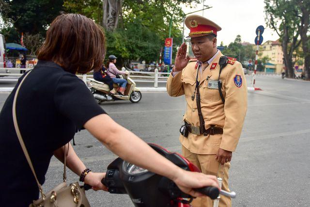 Ngày Tết, CSGT Hà Nội ra đường nhắc người dân đội mũ bảo hiểm - Ảnh 4