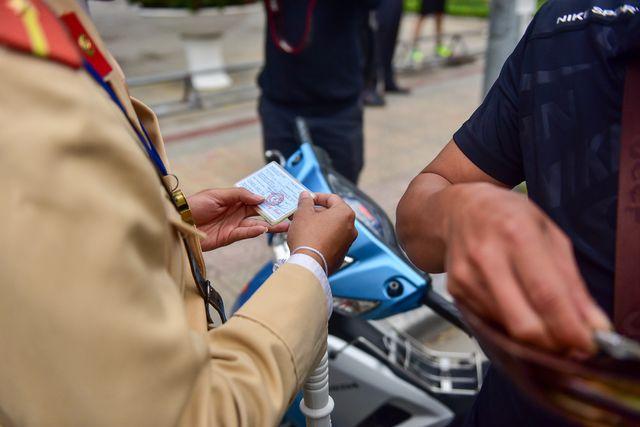 Ngày Tết, CSGT Hà Nội ra đường nhắc người dân đội mũ bảo hiểm - Ảnh 5