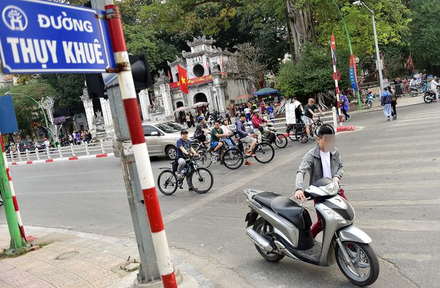 Ngày Tết, CSGT Hà Nội ra đường nhắc người dân đội mũ bảo hiểm - Ảnh 7