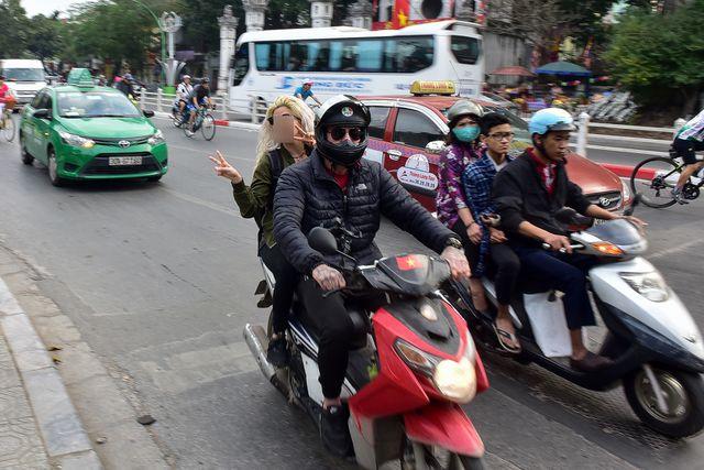 Ngày Tết, CSGT Hà Nội ra đường nhắc người dân đội mũ bảo hiểm - Ảnh 9