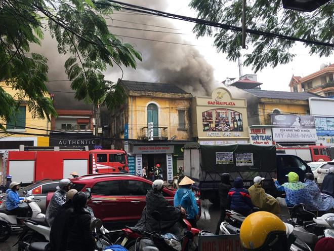 """Vụ cháy khách sạn, nữ nhân viên tử vong: Hơn 3 giờ nghẹt thở chiến đấu với """"giặc lửa"""" - Ảnh 1"""