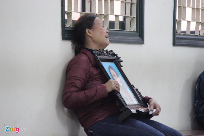 Xử ca sĩ Châu Việt Cường: Quặn lòng cảnh mẹ nạn nhân gào khóc ôm di ảnh con gái đến tòa - Ảnh 2