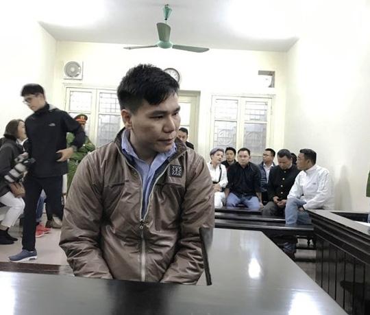 Xử ca sĩ Châu Việt Cường: Quặn lòng cảnh mẹ nạn nhân gào khóc ôm di ảnh con gái đến tòa - Ảnh 1