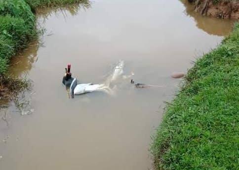 Nam thanh niên tử vong trong tư thế nằm nghiêng cạnh xe Exciter dưới mương nước - Ảnh 1