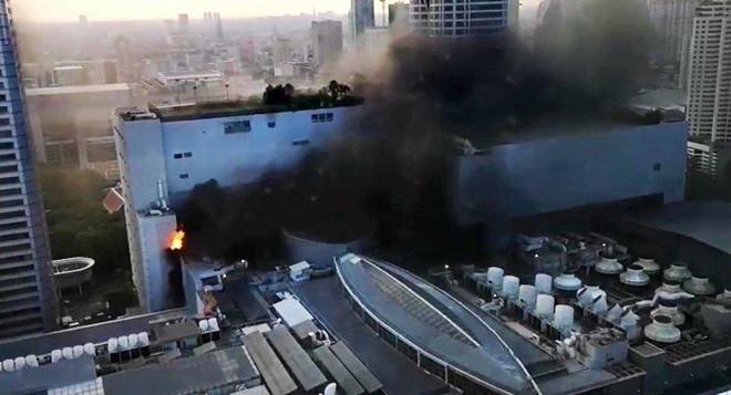 Chùm ảnh: Cháy kinh hoàng tại trung tâm mua sắm Central World của Bangkok - Ảnh 1