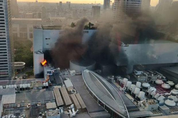 Chùm ảnh: Cháy kinh hoàng tại trung tâm mua sắm Central World của Bangkok - Ảnh 2