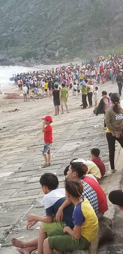 Dùng lưới vây quét, tìm tung tích học sinh lớp 5 bị đuối nước khi tắm biển - Ảnh 1