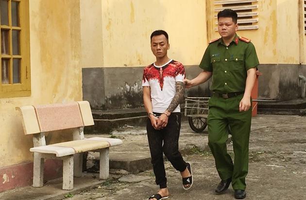 """""""Ông chủ"""" giả làm khách rủ rê 2 nữ tiếp viên rồi """"bắt cóc"""" đưa về phòng trọ giam giữ - Ảnh 1"""