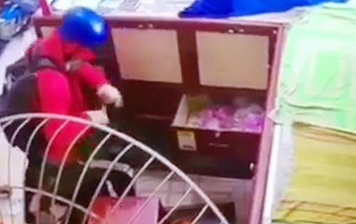 """Tin tức pháp luật mới nhất ngày 18/4/2019: Thanh niên giả gái đi cướp tiệm vàng, gặp ngay bà chủ """"cứng"""" - Ảnh 1"""