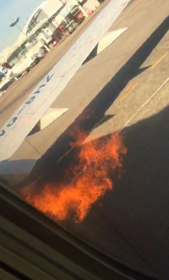 Động cơ Boeing 737 bốc cháy trước khi cất cánh, hành khách mở cửa nhảy lên cánh máy bay thoát thân - Ảnh 1