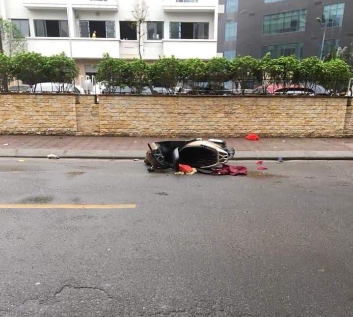 Hà Nội: Người phụ nữ chết bí ẩn bên đường cạnh xe máy lúc rạng sáng - Ảnh 1