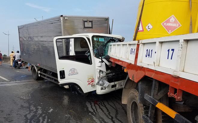 Ôtô tải tông thẳng đuôi xe cẩu: 2 tài xế tử vong, phụ xe bị húc bay qua dải phân cách - Ảnh 1
