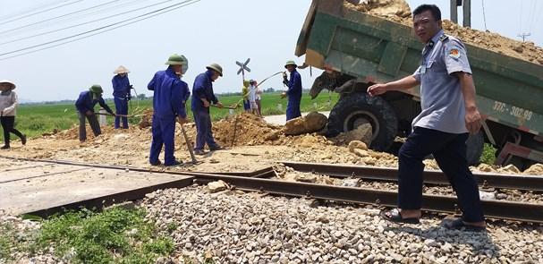 Tàu hỏa húc văng xe tải xuống ruộng, tài xế tử vong trong cabin - Ảnh 1