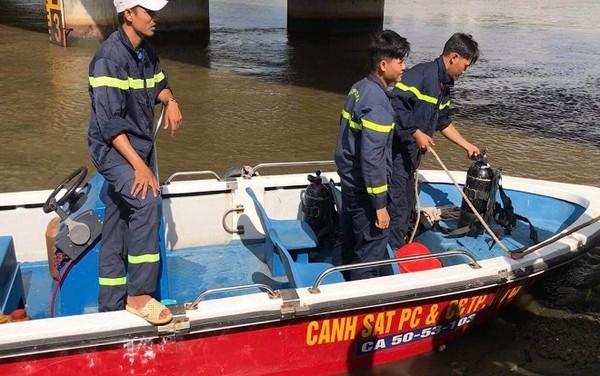 Thanh niên bỏ xe máy giữa cầu đi uống cà phê, hàng chục cảnh sát ngụp lặn dưới sông tìm kiếm - Ảnh 1