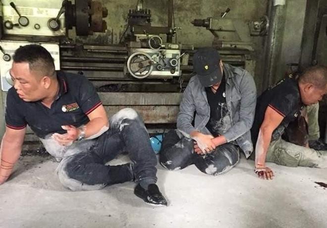 """Video: 3 người đi đòi nợ thuê bị """"con nợ"""" đánh tơi tả, phải quỳ lạy xin tha - Ảnh 1"""