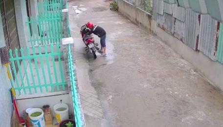 Video: Thanh niên bẻ khóa xe máy trong 10 giây rồi cùng đồng bọn chạy mất hút - Ảnh 1