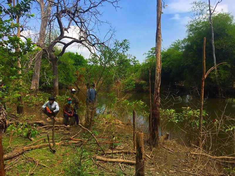 Hốt hoảng phát hiện thi thể người đàn ông đang phân hủy mạnh trong rừng - Ảnh 1